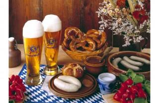 Oktoberfest: Cerveza, tiroleses y por supuesto salchichas.